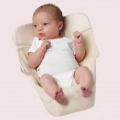 寶寶躺在Ergobaby透氣款新生兒保護墊自然白