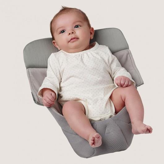 寶寶在Ergobaby透氣款新生兒保護墊內