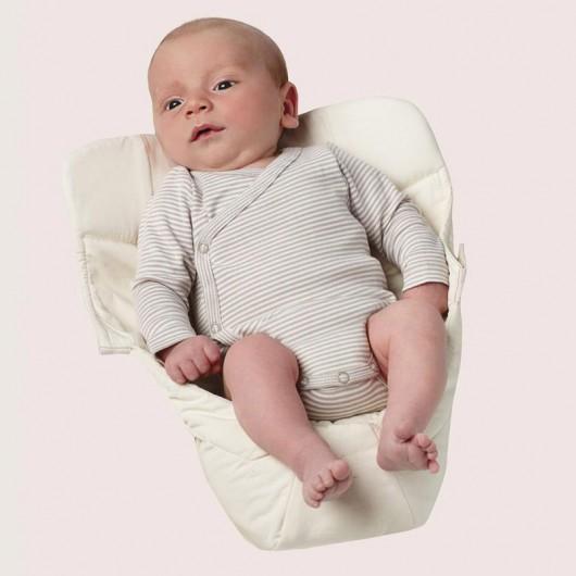 寶寶躺在Ergobaby原創款新生兒保護墊自然白